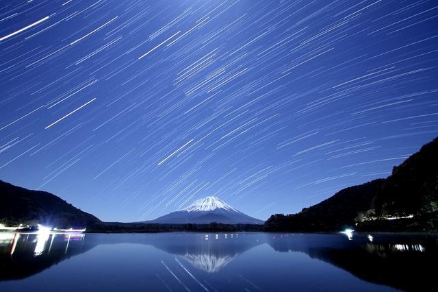 画像: 精進湖畔から望む星景(撮影/武藤裕也)