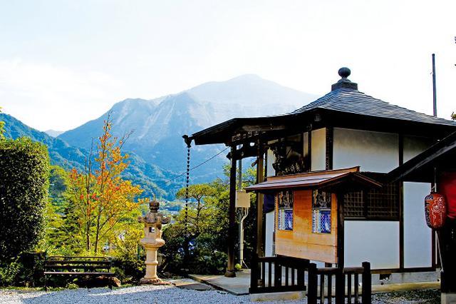 画像: 第6番札所 卜雲寺から望む武甲山