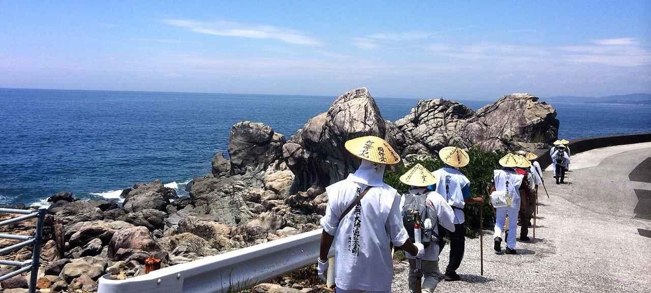 画像: 海沿いを歩く、四国八十八ヶ所巡り