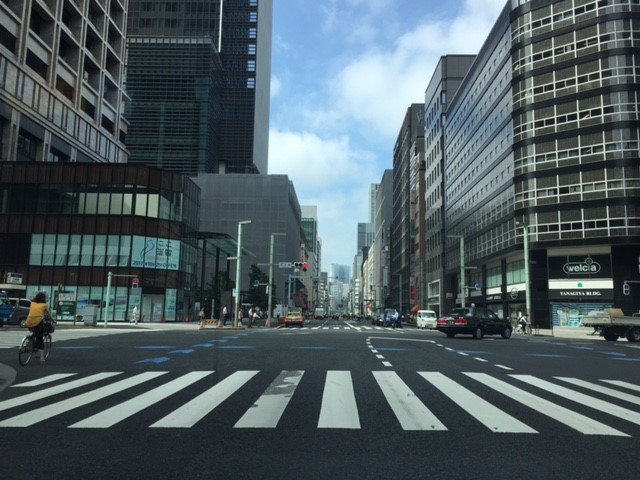 画像: 江戸時代に商人で賑わった日本橋は今はサラリーマンが行き交うオフィス街となっています