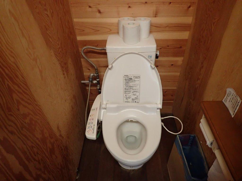 画像: 硫黄岳山荘の温水洗浄便座のトイレ