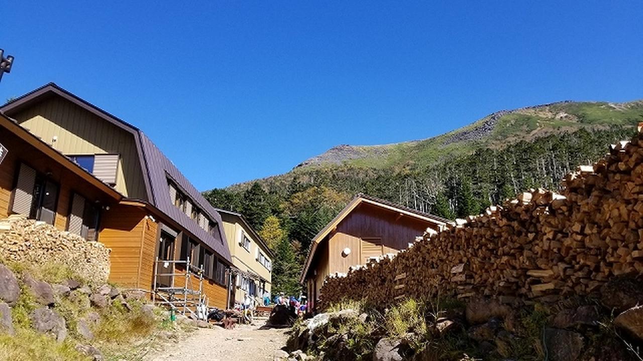 画像: オーレン小屋 標高約2300mに立つオーレン小屋。 南八ヶ岳と北八ヶ岳の中心・夏沢峠の西に位置しています。 周囲にたくさんの山小屋があります。 和の水まんじゅうやケーキ、ほかにも期間限定のスイーツなどを用意して登山者をもてなします。 馬肉スキヤキはとても人気があり、目当てに山小屋を訪八ヶ岳の山々を望む れる方も多いと小平さん。