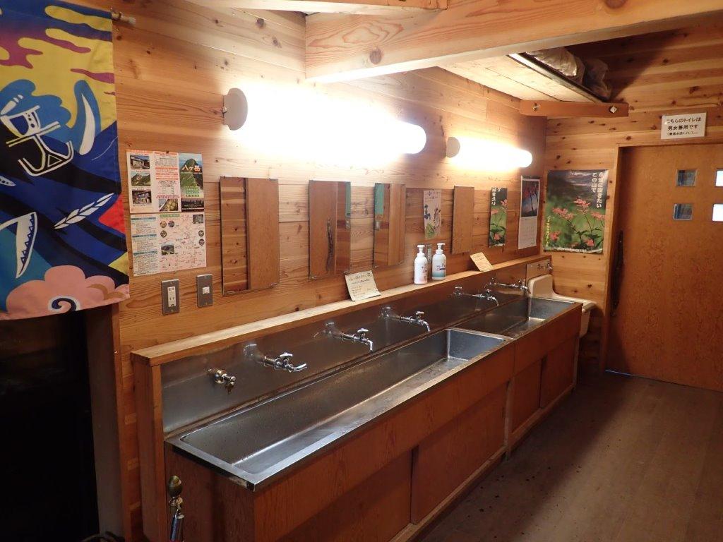 画像: 硫黄岳山荘の清潔な洗面所