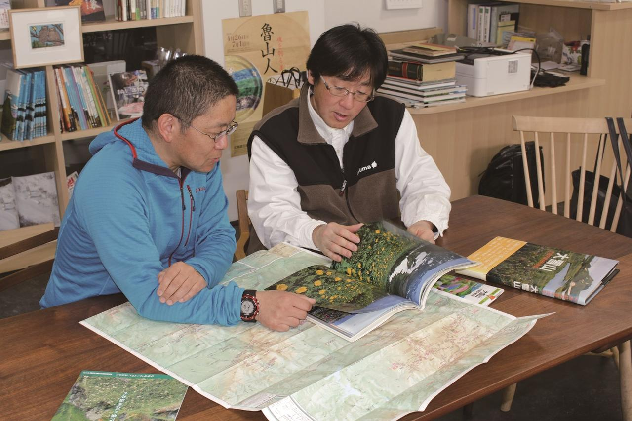 画像: 山について語り合う(左から/鳥羽さん、一守さん)