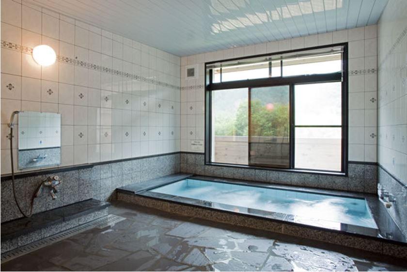 画像: 北アルプス・横尾山荘のお風呂(ジェットバスがついています)