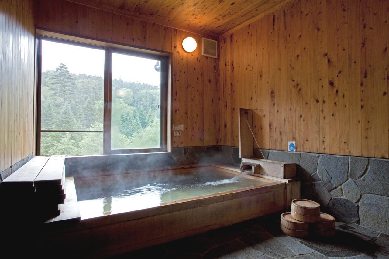 画像: 八ヶ岳・オーレン小屋のお風呂(檜展望風呂が自慢)
