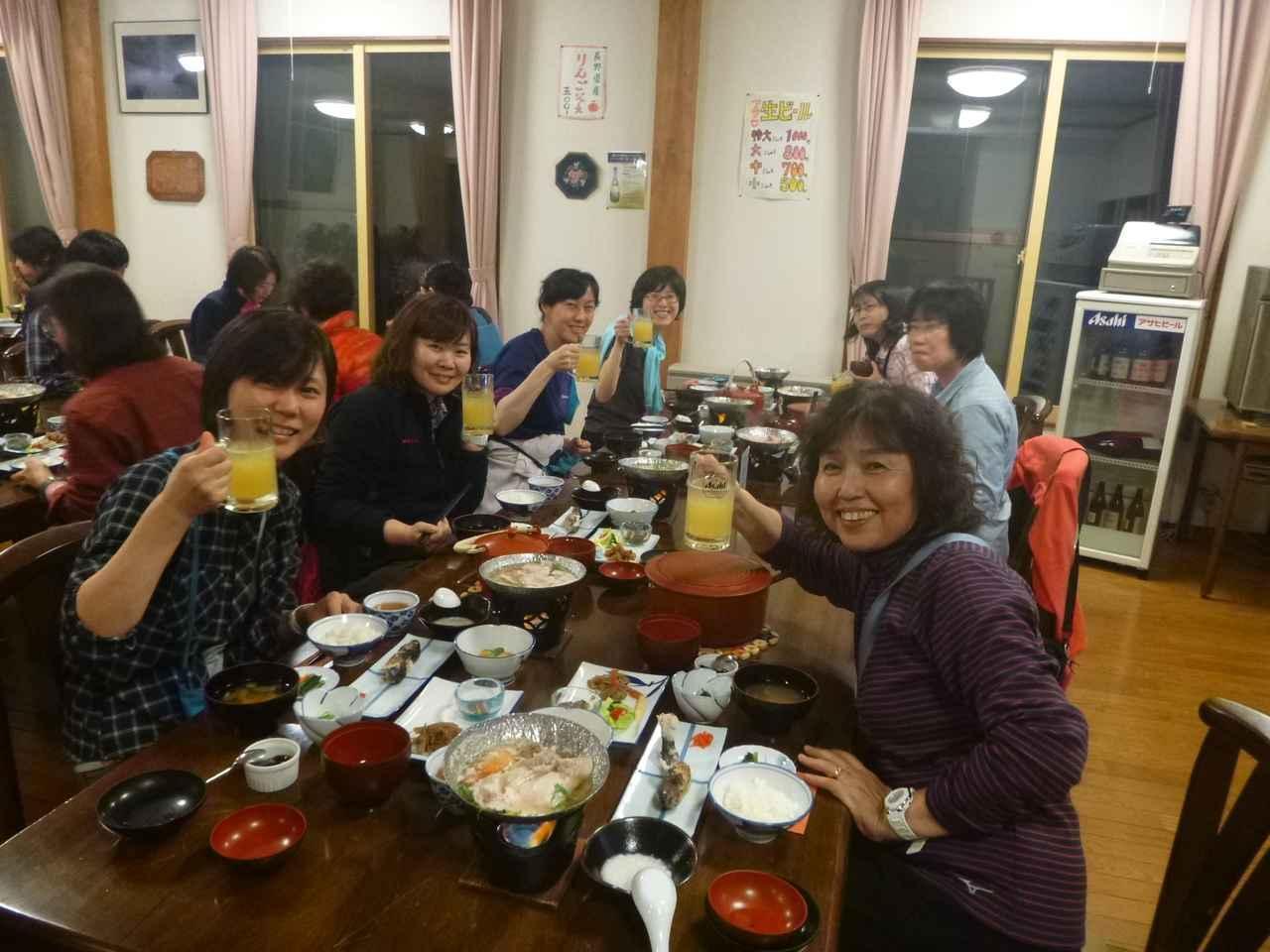 画像: 楽しい夕食の光景
