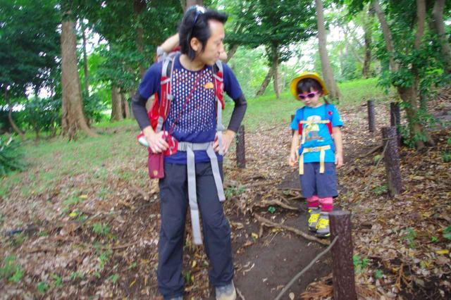 画像: 下りは親が先頭になって歩きましょう 急な段差などは、手を貸してあげるのも良いでしょう