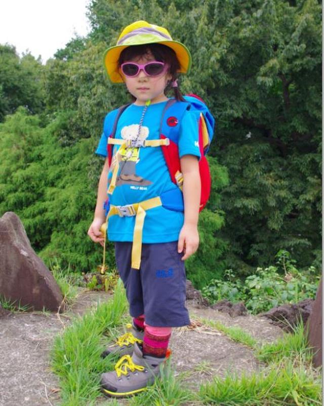 画像: 子どものトータルコーディネート ・帽子 ・サングラス ・ザック ・Tシャツ ・ハーフパンツ ・レギンス ・靴下 ・登山靴 メーカーにもよりますが、服は100㎝サイズ、靴は19cmサイズくらいから販売しています。 ザックは容量が小さいため、きちんとしたウェストベルト付のモデルを探すのに苦労しました。