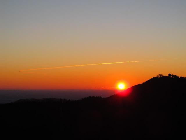画像: 「日の出山」で見る初日の出!なんて素敵な名前でしょう! ※約1時間の深夜登山を伴いますので、ヘッドランプが必須になります。 暗い中での登山が苦手な方はご遠慮ください。