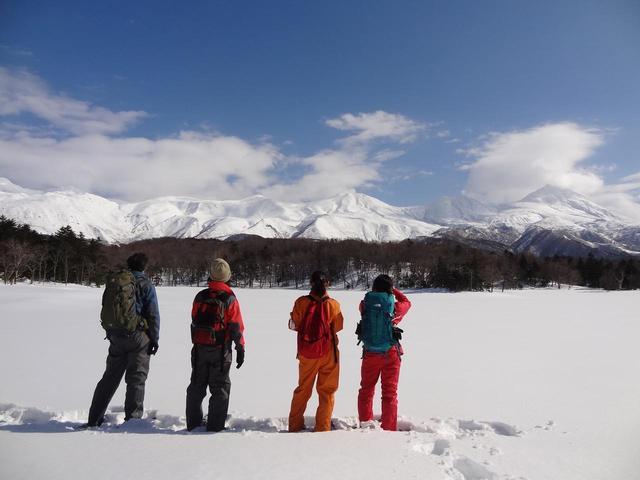 画像: ■凍った湖沼(写真は知床五湖) 凍った水面の上に積もった雪の上を歩くことができるのは、もちろん冬だけ!