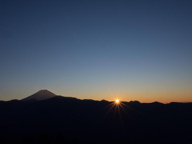 画像: 日本一の富士山越しにご来光を望みます!