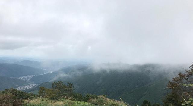 画像: 山頂からの景色・生憎の曇り空でしたが、気温は涼しく、歩くのには快適でした!