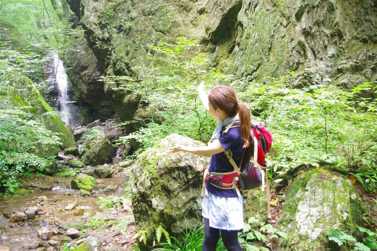 画像: 齋藤:「あちらをご覧下さい!滝が見えます!」 鷲尾:「見たままじゃないですか・・・」