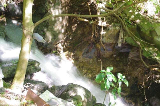 画像: 遅いシャッタースピード(1/10秒)で撮った渓流。水が絹糸のように流れて見えます。