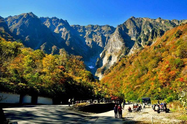 画像: 一ノ倉沢から谷川岳を望む(例年の紅葉の見頃は10月中旬~下旬)