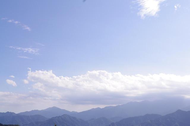 画像: 露出+1.7で撮った丹沢の山並。空は白っぽく写りますが、手前の山並の凹凸も映っています。