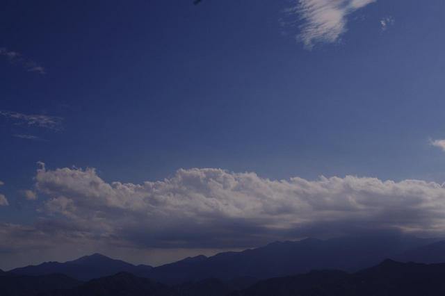 画像: 露出-1で撮った丹沢の山並。空は青く写りますが、手前の山並は暗くつぶれています。