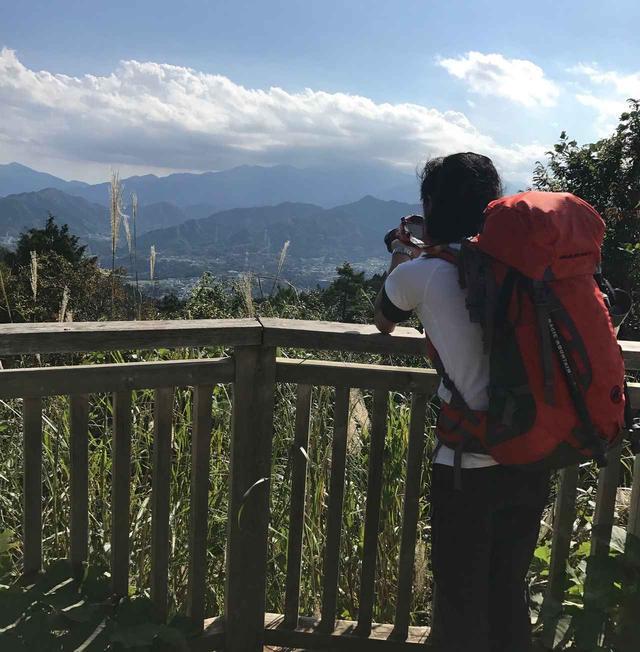 画像: 展望台から、丹沢の山並を撮影中。 柵に肘(或いはカメラ本体)を置くと、手ブレを防止できます。