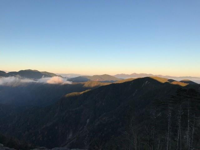 画像: 早朝の登山道中。北アルプスまで眺められました。