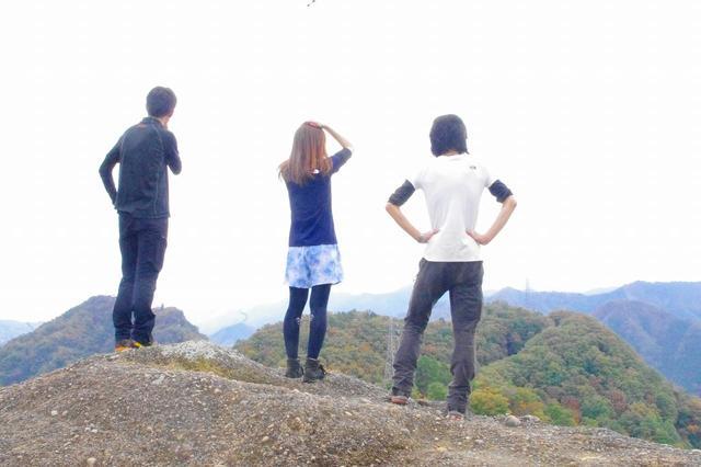 画像: 今回の登山は山梨県大月市・岩殿山!登山ガイド2人との登山はとても心強かったです★ (齋藤はこの写真の撮影前に後頭部をぶつけたため、痛くて押さえています)