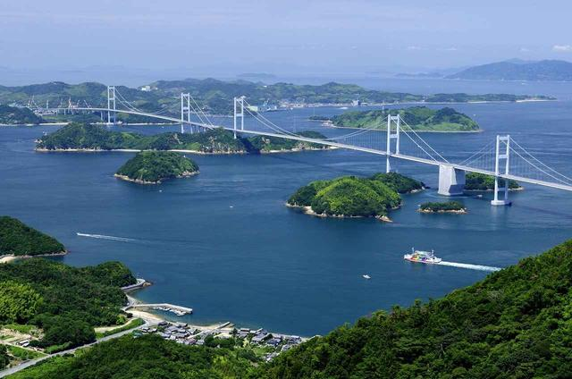 画像: 亀老山展望台から望む来島海峡大橋