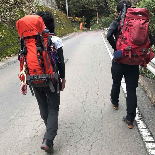 画像: 今回の登山をサポートして下さる強力な登山ガイドお二人! 左が鷲尾さん、右が窪田さんです。