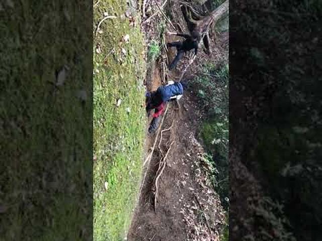 画像: 【山あるきへの招待状】岩殿山の滑りやすい急斜面のロープと鎖にビレイポイントを急遽設置 m.youtube.com