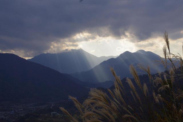 画像: 山頂からの景色。鷲尾さんが一眼レフで撮影しました。神秘的です。 鷲尾:マイナス補正して、光芒がくっきり出るようにしました。