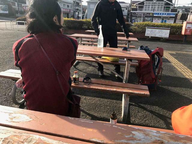 画像: イケメン登山ガイドの鷲尾さん(手前)と窪田さん(奥)★男は背中で語る