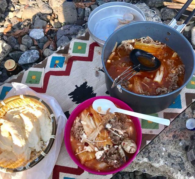 画像: チゲ鍋の完成★ アップの写真はあまり綺麗ではないので引き気味です。笑 素材の味がしっかりして、味は抜群に美味しかったです! 鷲尾さんのこだわりが詰まった温かいお鍋でした^^