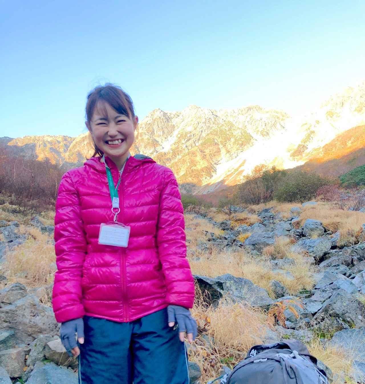 画像: 登山の旅スタッフの原が、女性登山ガイドの宮下慈子さんから登山装備をザックに上手に収納するパッキングのコツを学びます!