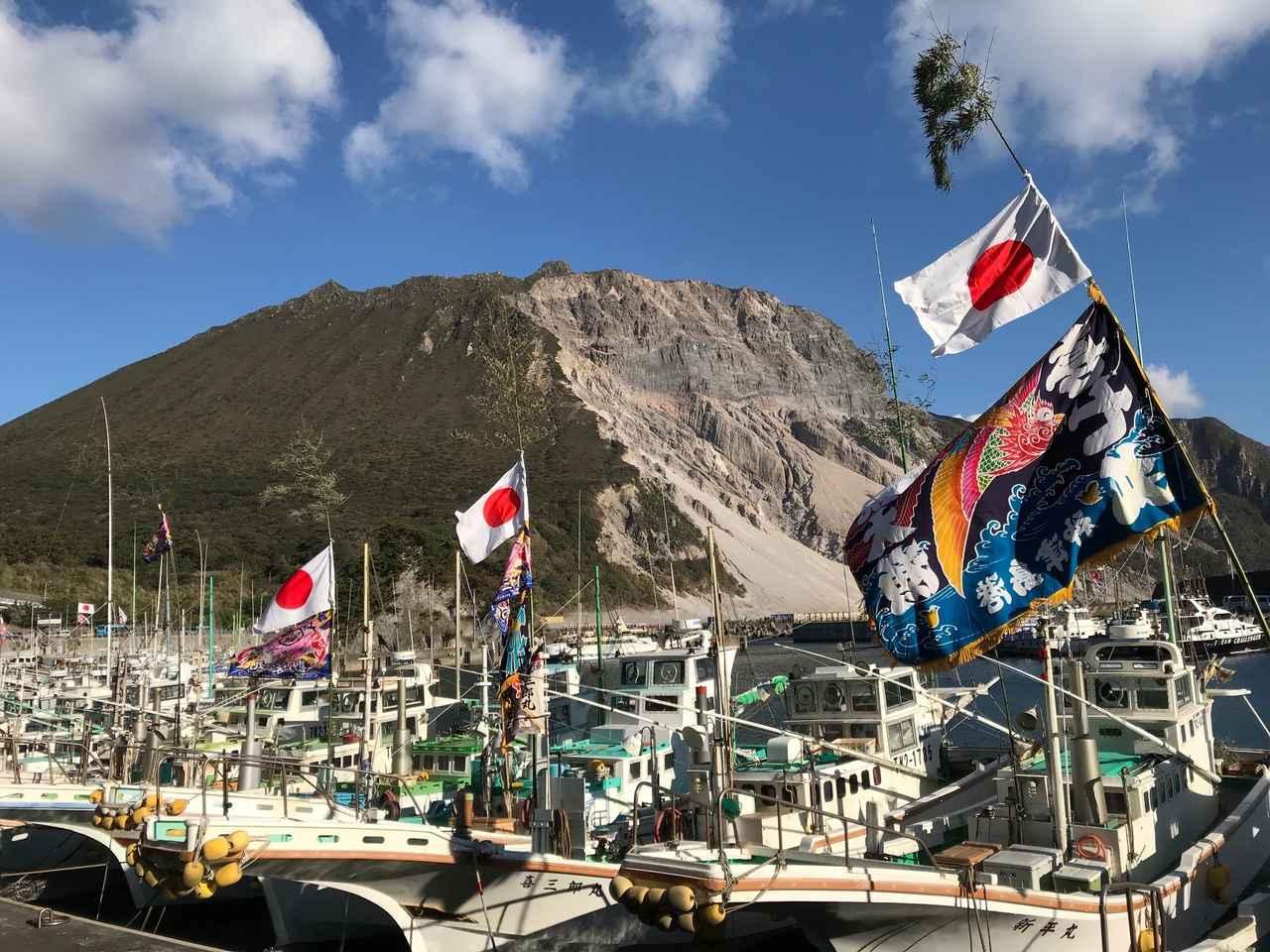 画像: たなびく漁師旗と山の景色はこの時期ならではです。