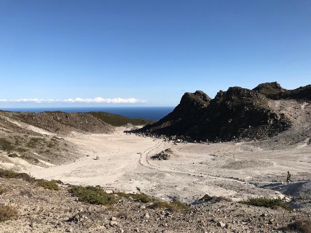 画像: 裏砂漠。白い地面と青空のコントラストがとても美しい場所です。
