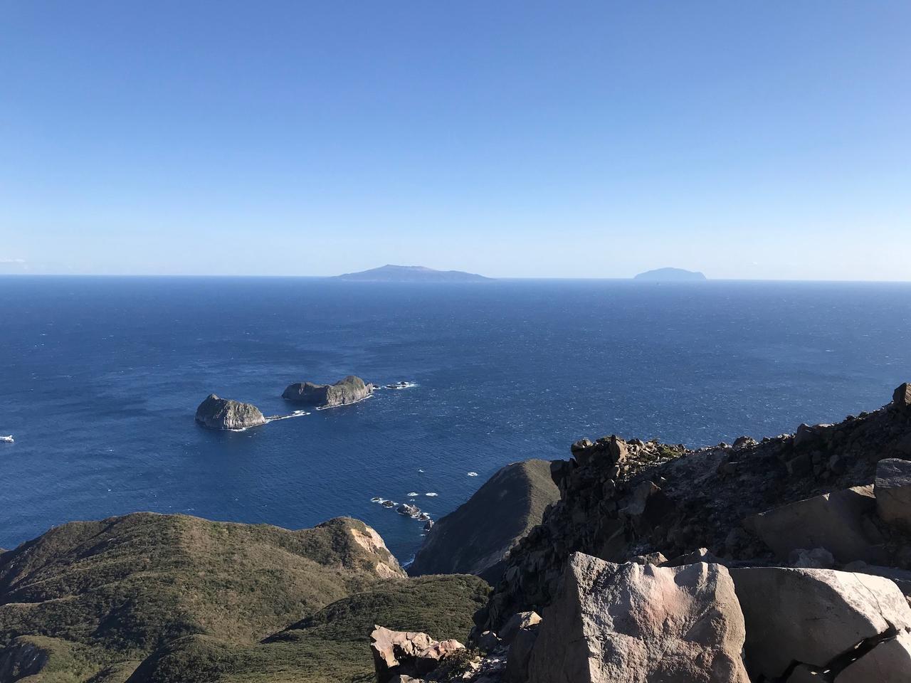 画像: 裏砂漠展望地。三宅島(左奥)・御蔵島(右奥)を眺めることができます。