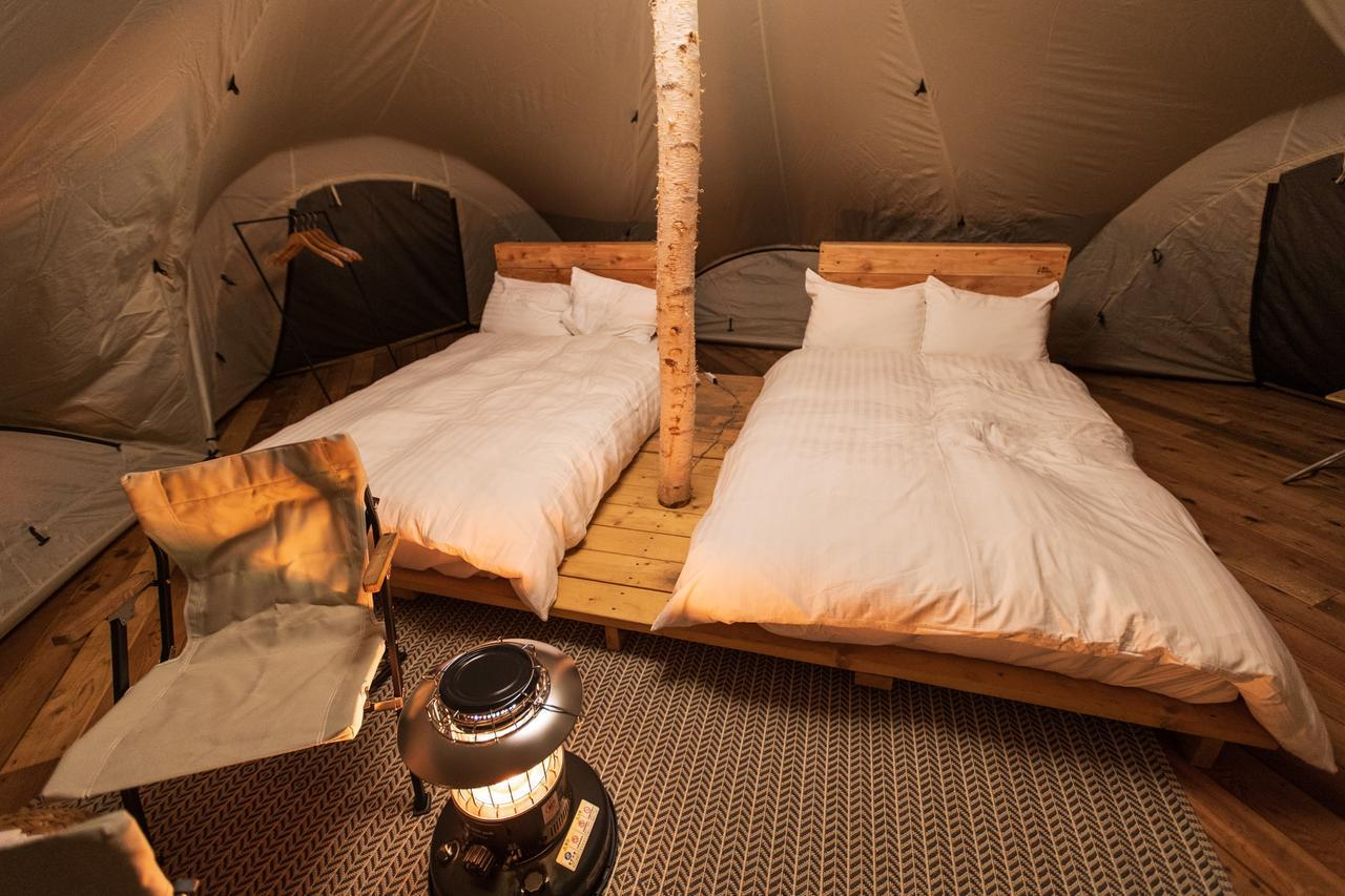 画像: テント内は広さも十分。ウッド素材やLEDライトの照明で温かみのある空間です(イメージ)