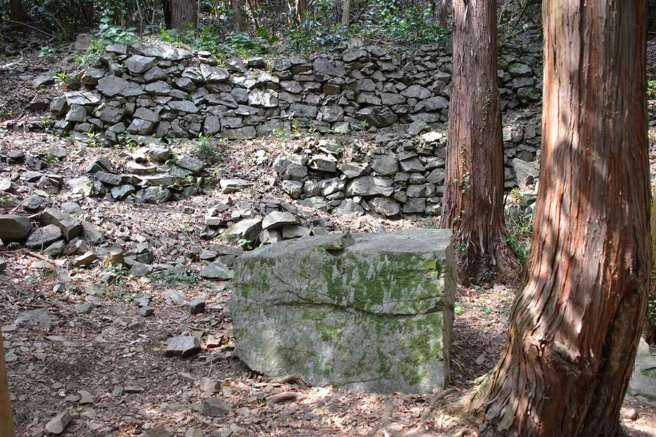 画像: 石垣しか残っていない山城跡にも、物語が隠されています