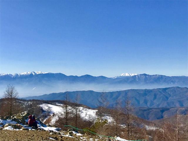 画像: 中央アルプス(左側の山脈)と御嶽山(右)