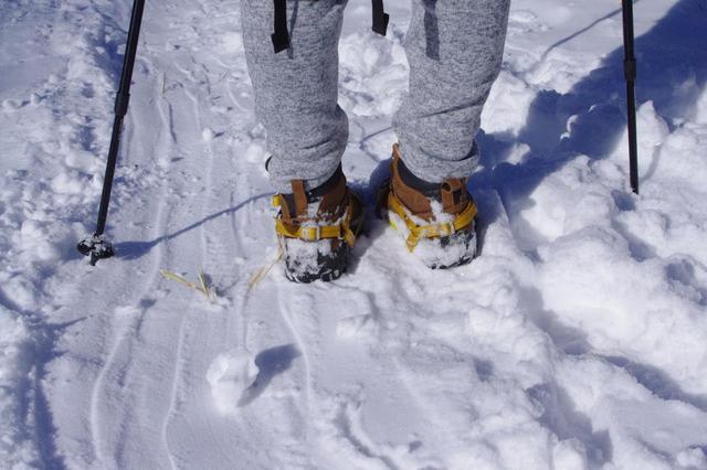 画像: 登山靴にアイゼンを装着。通常はスパッツ(ゲイダー)を履きましょう!(齋藤は2回くらい雪が入りました)