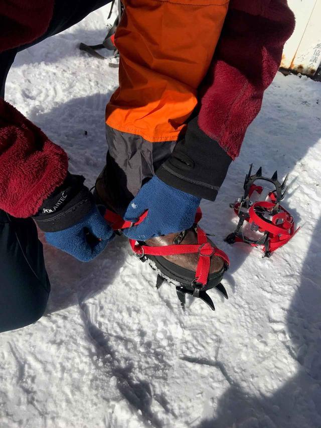 画像: アイゼンを装着。鷲尾さんは12本爪、齋藤は6本爪の軽アイゼンを装着しました!