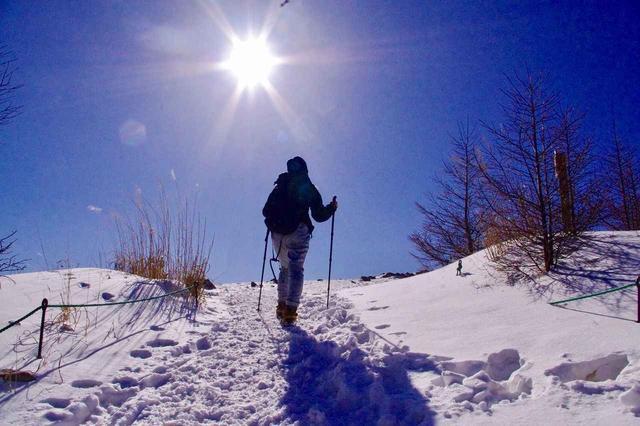 画像: 入笠山山頂へ向けてスノーハイキング