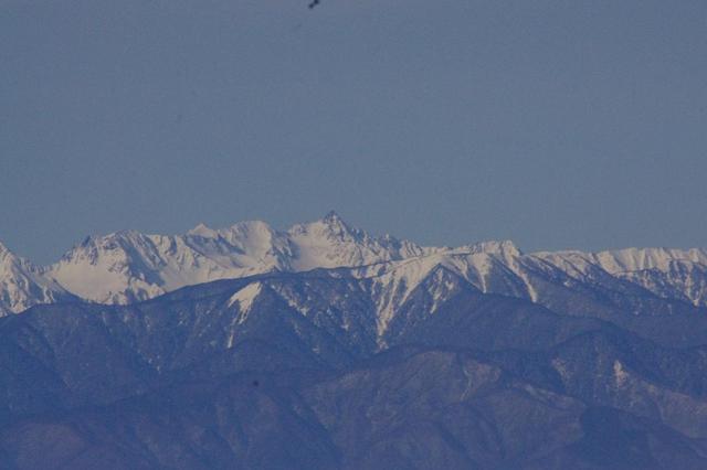 画像: 中央の尖がった山が槍ヶ岳です!(同じく望遠レンズでズームしました)
