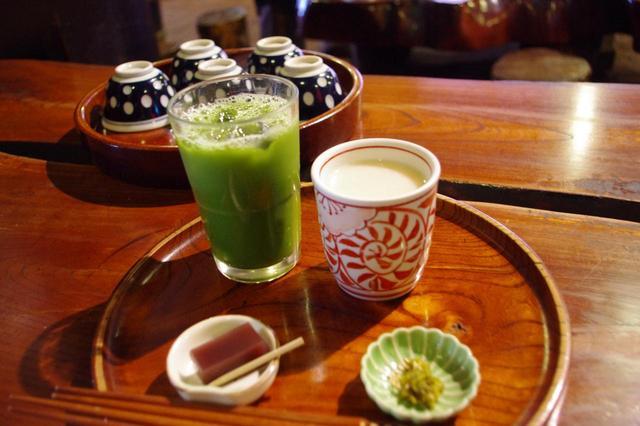 画像: 冷たい抹茶(左)と甘酒(右)