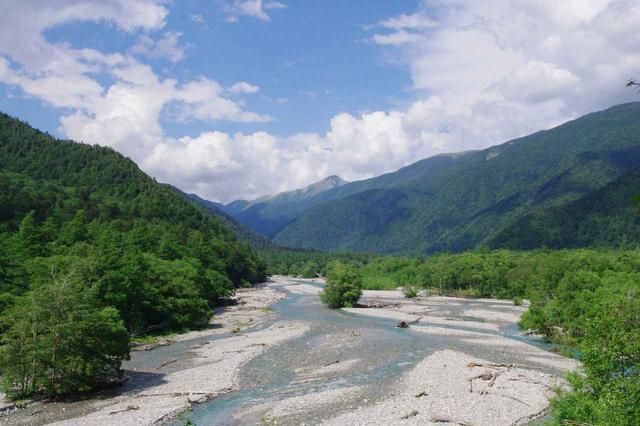 画像: 坂の途中には梓川を見下ろす絶景ポイントが