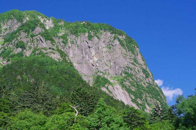 画像: だんだんと岩壁の全貌が見えてきます