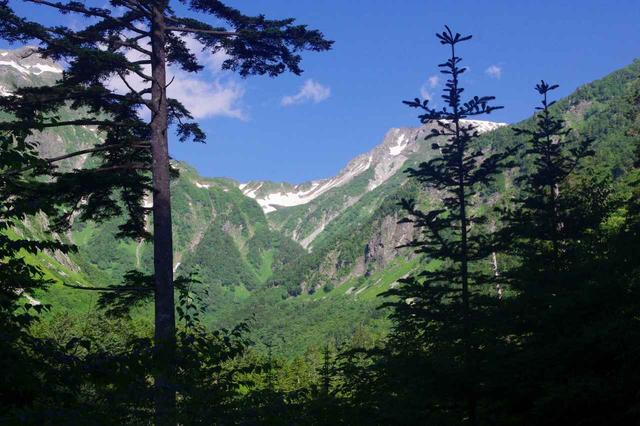 画像: 南岳(右側)〜大キレット〜北穂高岳(左側の木の後方)