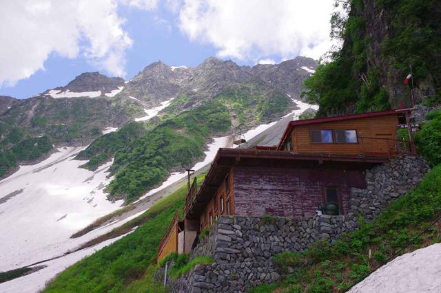 画像: 涸沢小屋と奥穂高岳