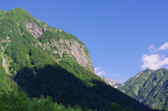 画像: 横尾から間もなくの場所から見る屏風岩