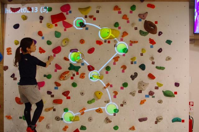 画像: 実際に壁に映写するとこのようなかんじ