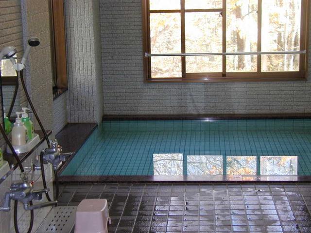 画像: 明神岳を望む浴室